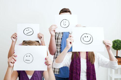 Groep mensen met getekende smileys voor hun gezicht